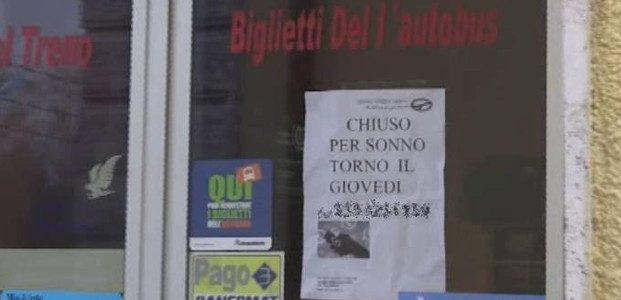"""""""Cerrado para dormir"""", el cartel que colgó el propietario de una agencia de viajes en Italia"""