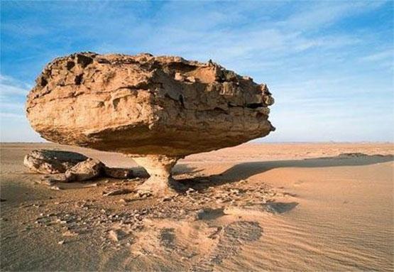 Rocas en equilibrio en el desierto de Ténéré