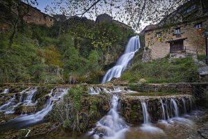 Pueblo de Burgos con cascadas